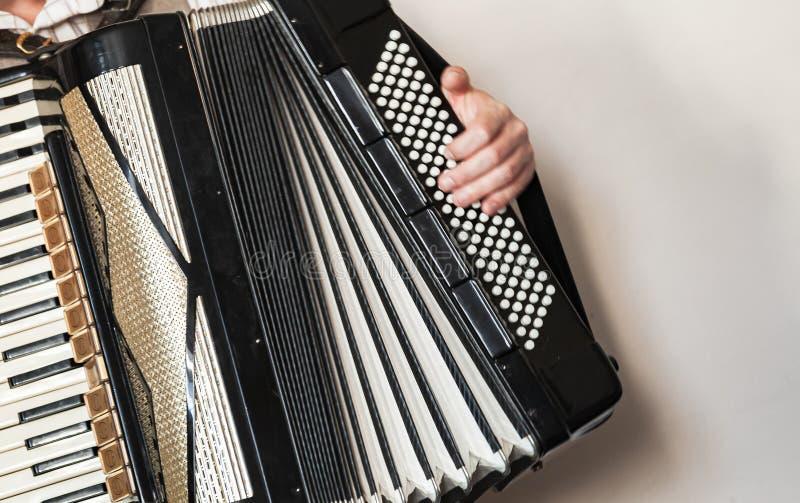 Akordeonista z rocznika akordeonem fotografia stock