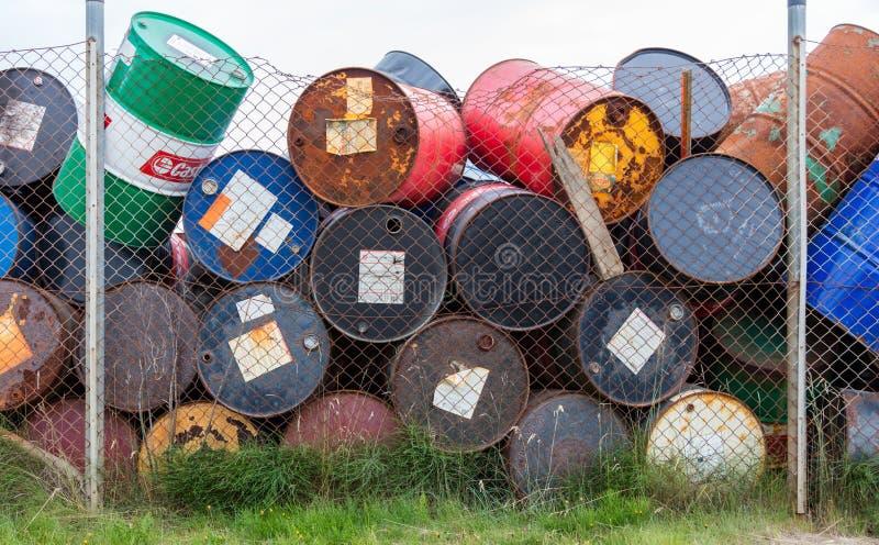 AKRANES ICELAND, SIERPIEŃ, - 1, 2016: Nafciane baryłki lub substancja chemiczna bębeny fotografia stock