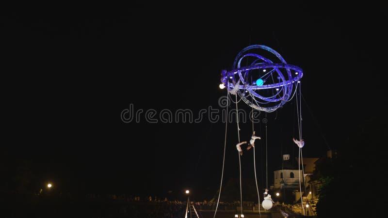 Akrobat-Tänzer Perfoming auf den Seilen draußen lizenzfreie stockfotos