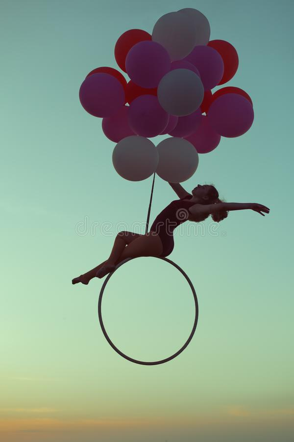 Akrobata unosi się w powietrzu na balonach zdjęcie royalty free