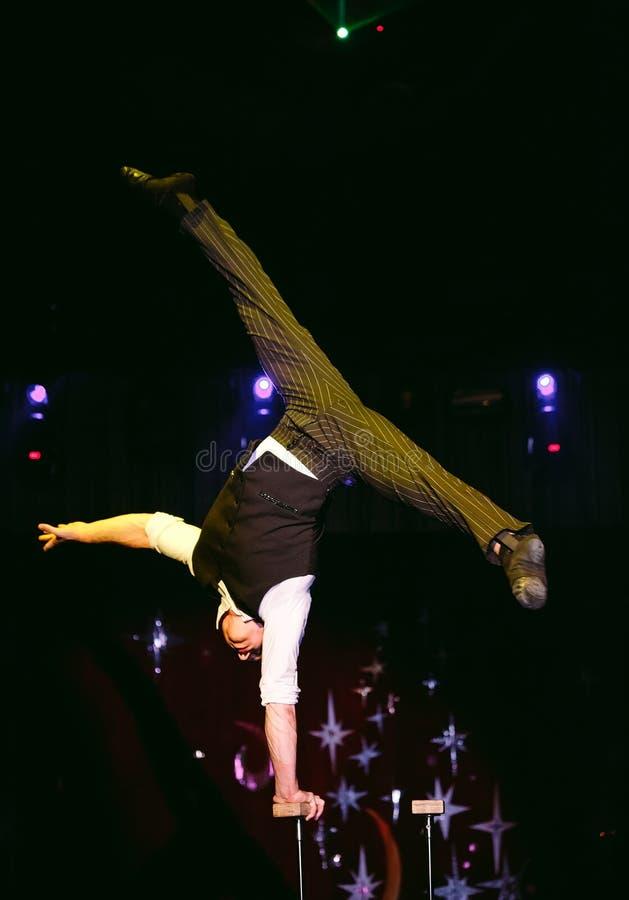 Akrobata wykonuje trudną sztuczkę w cyrku zdjęcie stock