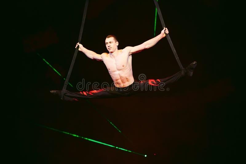 Akrobata wykonuje trudną sztuczkę w cyrku fotografia royalty free