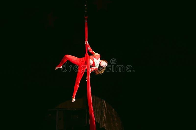 Akrobata wykonuje trudną sztuczkę w cyrku zdjęcie royalty free