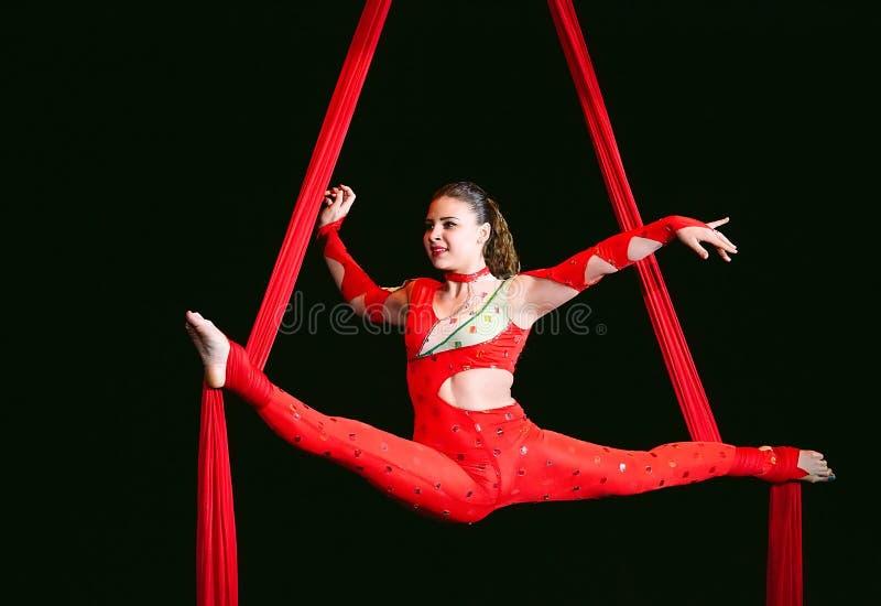 Akrobata wykonuje trudną sztuczkę w cyrku zdjęcia stock
