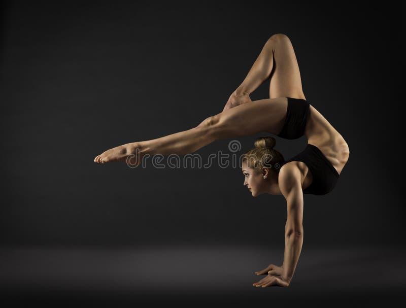 Akrobataktör, ställning för cirkuskvinnahand, gymnastikbaksidakrökning arkivbild