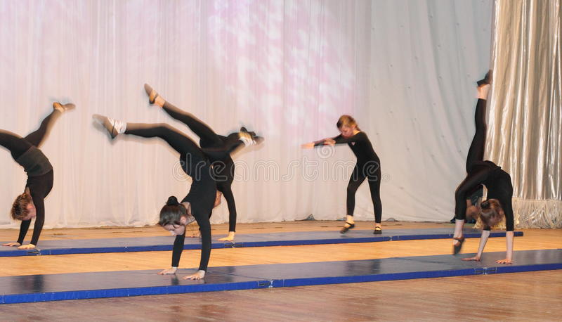 Akrobatikbarn arkivfoton