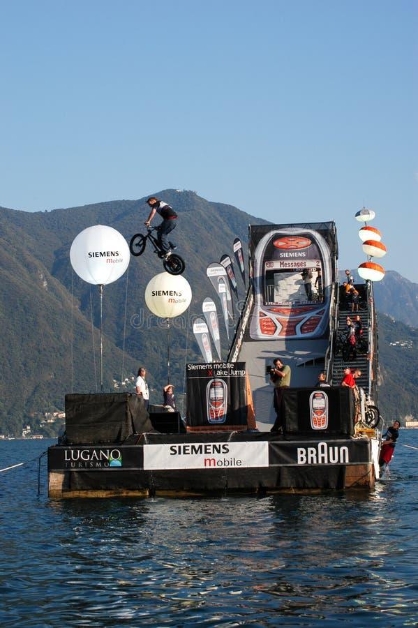 Akrobatischer Sprungswettbewerb mit Fahrrädern in Lugano lizenzfreies stockbild