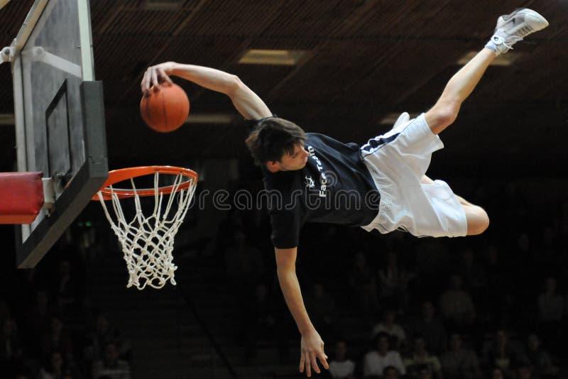 Akrobatisches Basketballerscheinen lizenzfreie stockbilder