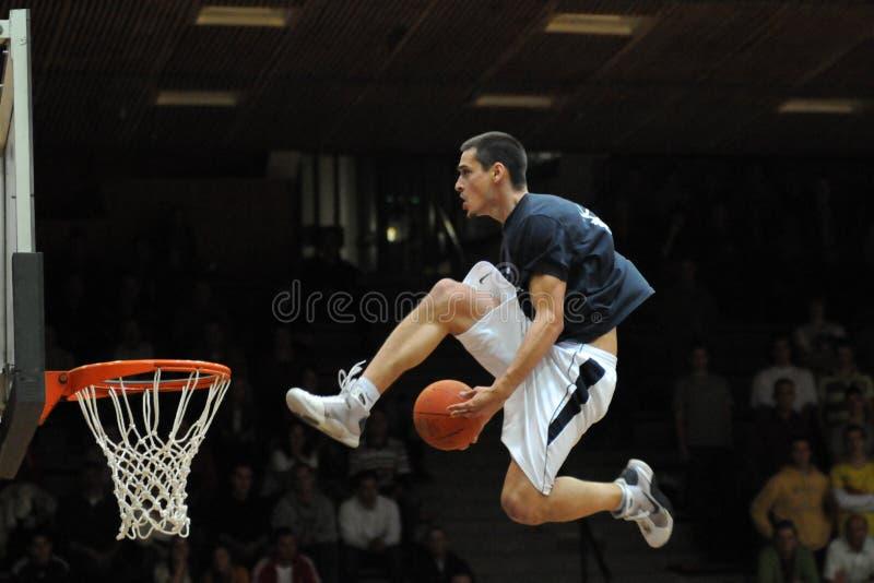Akrobatisches Basketballerscheinen lizenzfreie stockfotografie