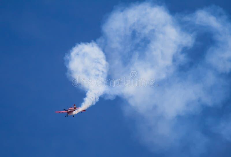 Akrobatisches Flugzeug, das Regelkreise tut lizenzfreie stockbilder
