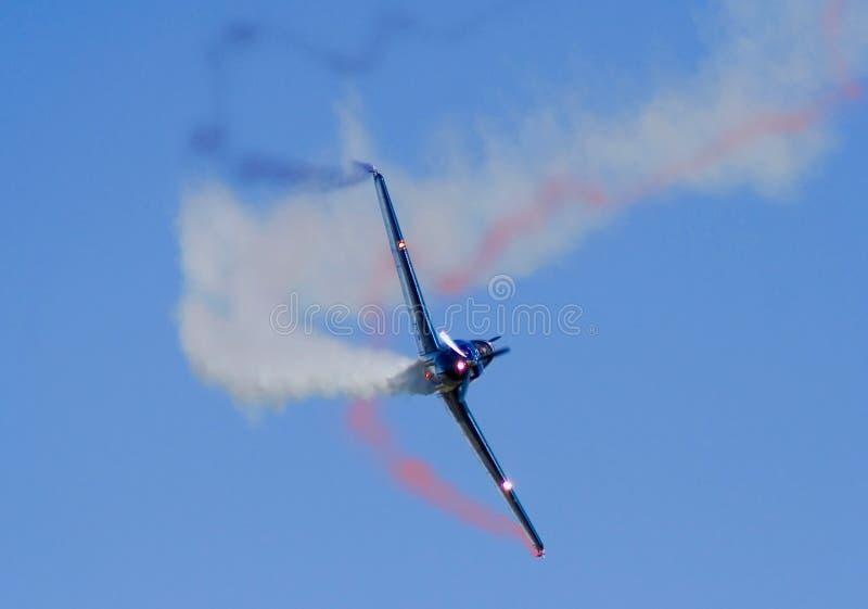 Akrobatisches Flugzeug, das Regelkreise tut stockfoto