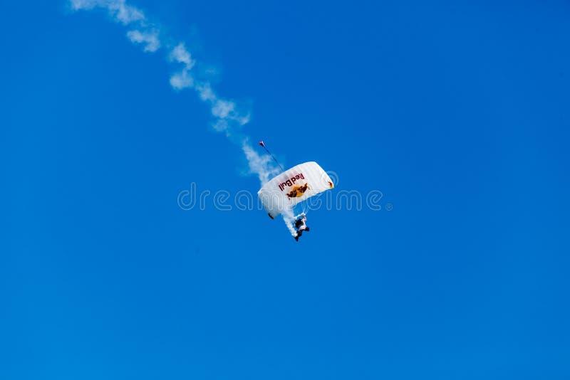 Akrobatisches parachutter führt für Louis Vuitton Cuprennen in der Amerika-Cup-Reihe der Rennen San Francisco im August 2012 durch lizenzfreie stockfotos
