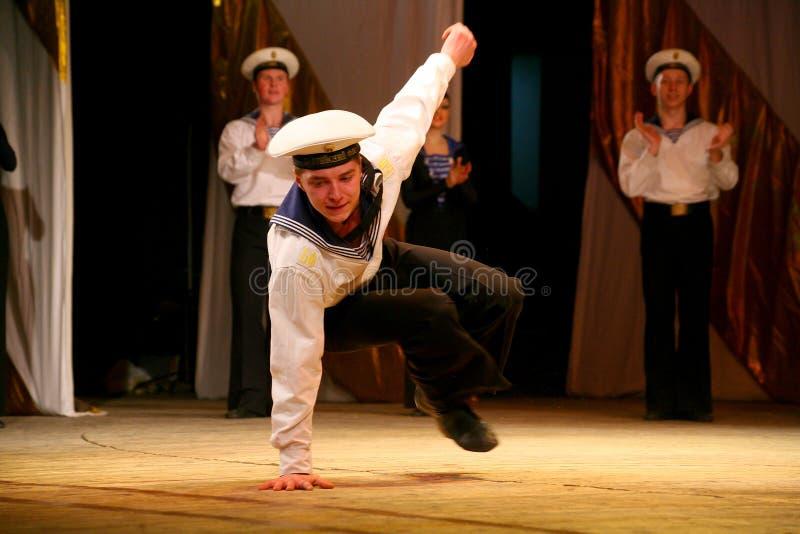 Akrobatisk gammal traditionell nationell rysk sjömandans Yablochko royaltyfria bilder