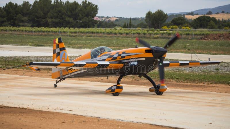 Akrobatisk Spanien mästerskap 2018, Requena Valencia, Spanien junio 2018, pilot Àlex Balcells, SC för flygplanextrahjälp 3 royaltyfri bild