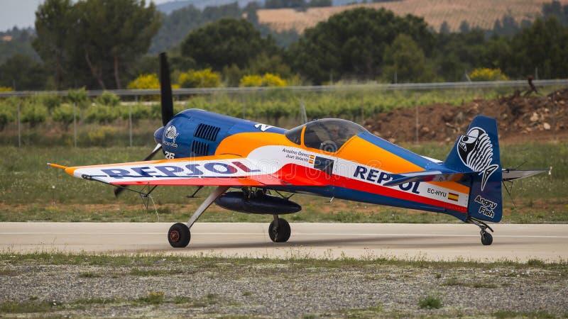 Akrobatisk Spanien mästerskap 2018, Requena Valencia, Spanien junio 2018, pilot- Anselmo GÃ ¡ mez, flygplansukhoi 26-M royaltyfria bilder