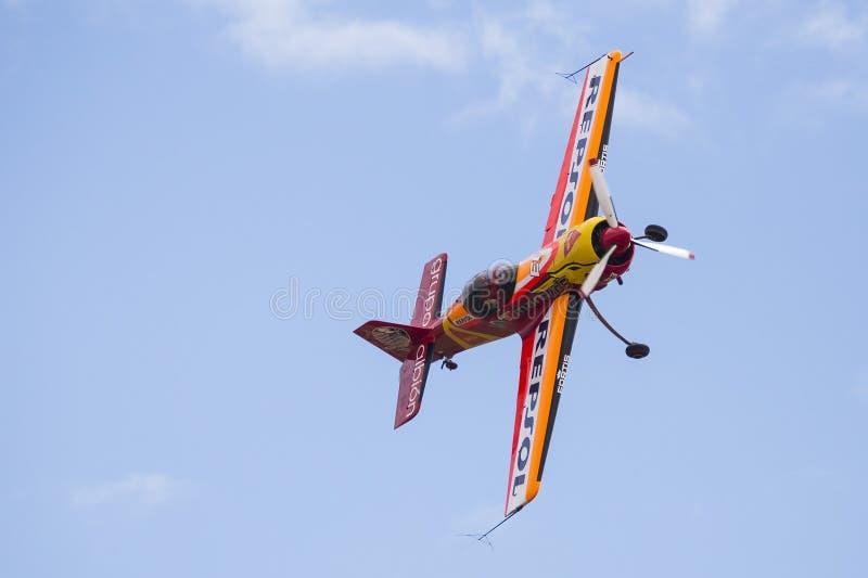 Akrobatisk Spanien mästerskap 2018, Requena Valencia, Spanien junio 2018, pilot- CÃ-¡ stor Fantoba, flygplan Sukhoi 26-M arkivfoto