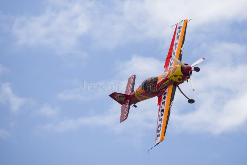 Akrobatisk Spanien mästerskap 2018, Requena Valencia, Spanien junio 2018, pilot- CÃ-¡ stor Fantoba, flygplan Sukhoi 26-M royaltyfria bilder