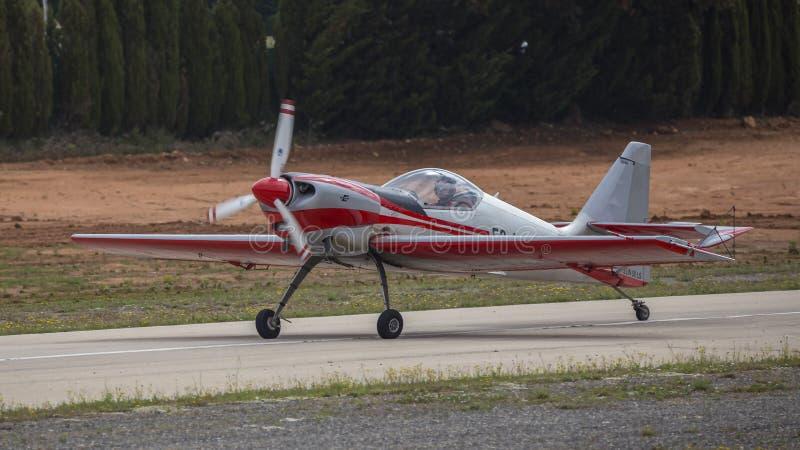 Akrobatisk Spanien mästerskap 2018, Requena Valencia, Spanien junio 2018, pilot- Fabio Velà ¡ squez, flygplan Zlin Z-50 arkivbild
