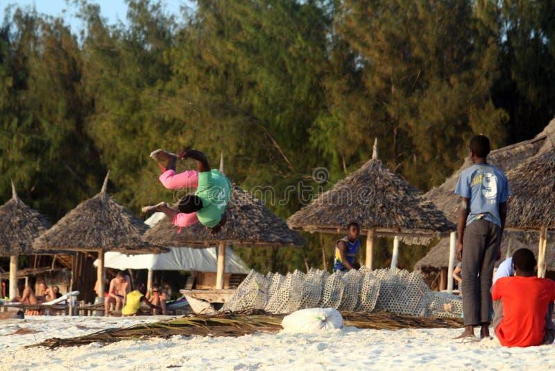 Akrobatiskt på stranden royaltyfria bilder