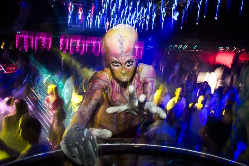 Akrobaty tancerz przy szalonym przyjęciem zdjęcie stock