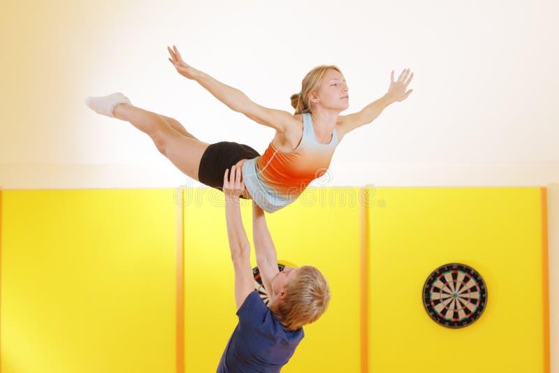 akrobatycznego wyczynu szkolenie fotografia stock