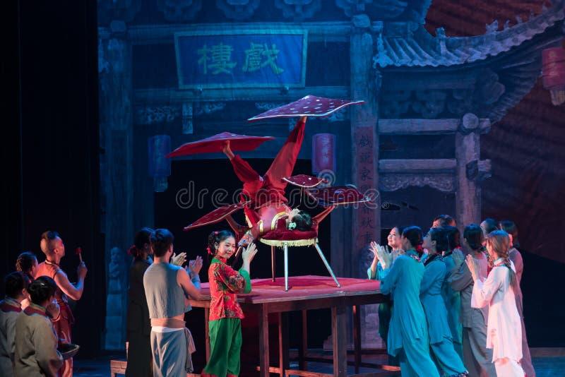 Akrobatyczny żonglować z akrobatyczną showBaixi sen nocą fotografia royalty free