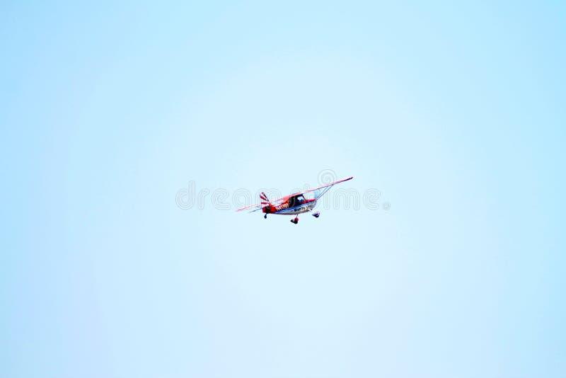 Akrobatyczny samolot w locie zdjęcia royalty free