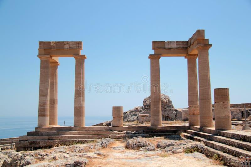 Akropolen på ön av Lindos royaltyfria bilder