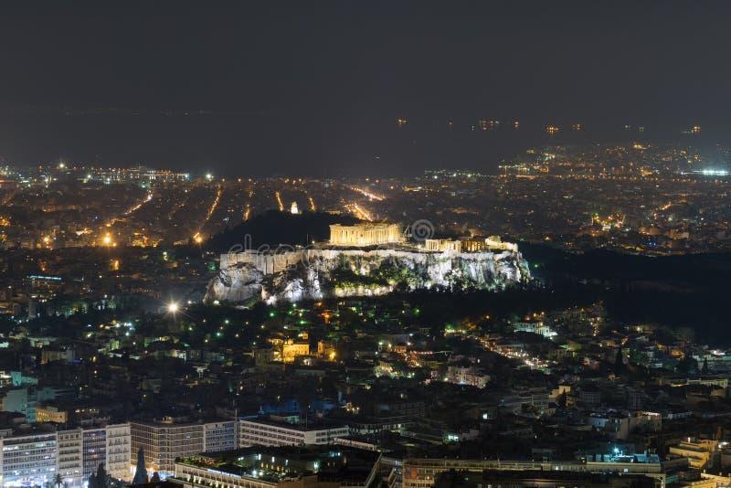 Akropolis in Athen mit der Stadt beleuchtet als Hintergrund die Lieferung verankerte im Kanal lizenzfreies stockfoto