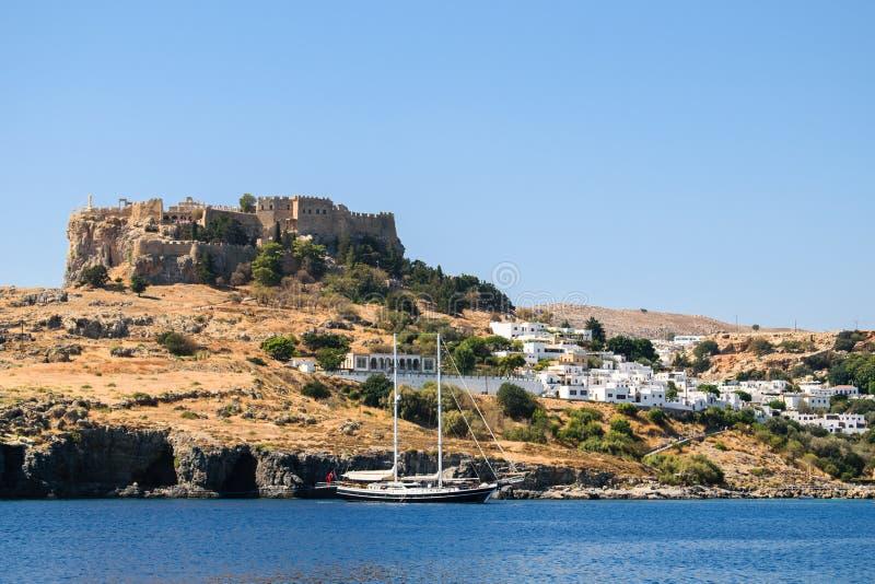 Akropolis und Stadt Lindos über großer Bucht stockfotografie