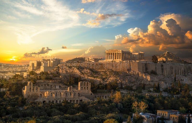 Akropolis van Athene bij zonsondergang met een mooie dramatische hemel stock foto's