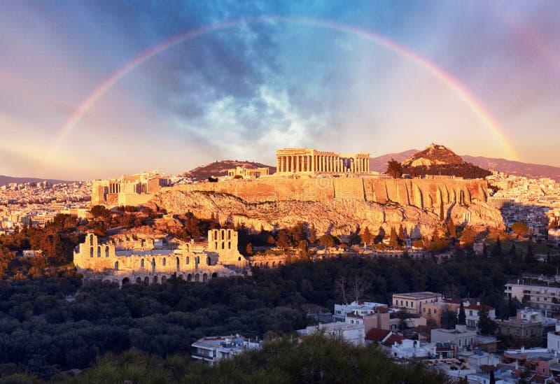 Akropolis van Athene, Griekenland, met de Parthenon-Tempel tijdens zonsondergang met regenboog stock fotografie