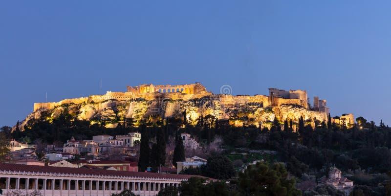 Akropolis von Felsen Athens Griechenland und Parthenon spät belichtet, Hintergrund des blauen Himmels am Abend lizenzfreies stockfoto