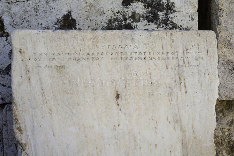 Akropoliseingang, Plakette mit alter griechischer Sprache lizenzfreie stockfotografie