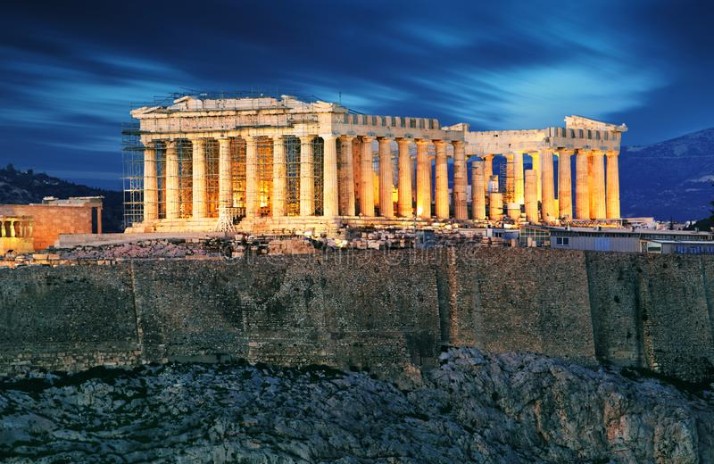 Akropolisheuvel - Parthenon-tempel in Athene bij nacht, Griekenland royalty-vrije stock foto