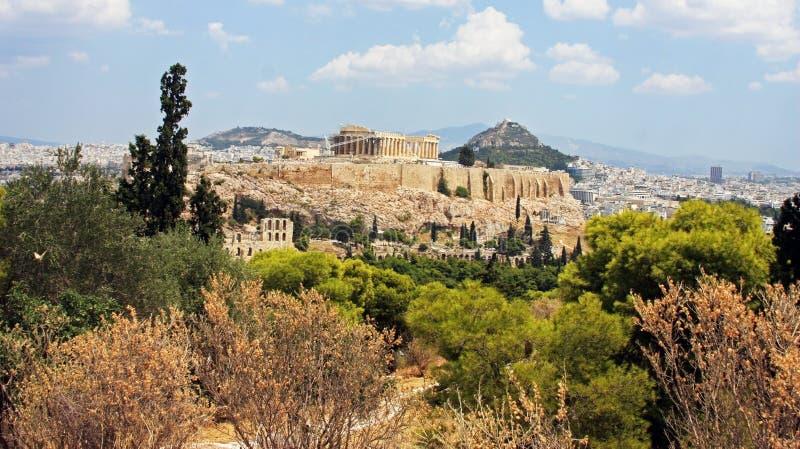Akropolisheuvel van afstand, in Athene wordt bekeken dat stock foto's