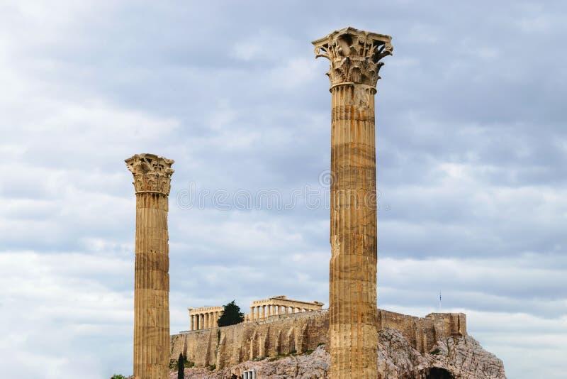 Akropolsikt från templet av olympiska Zeus två pelare fotografering för bildbyråer