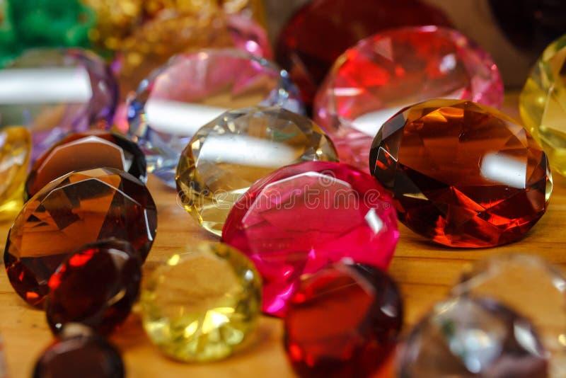 Akrylädelstenar eller plast- ädelstenar för dekorerar arkivfoton