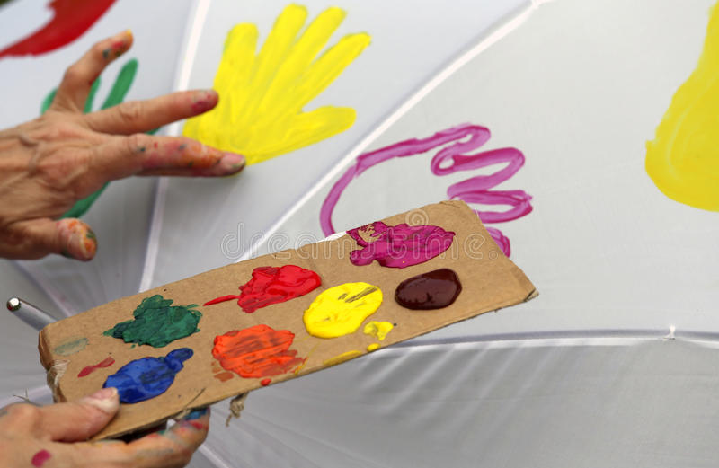Akrylfärgpalett som målar yttersidan av ett paraply arkivbild