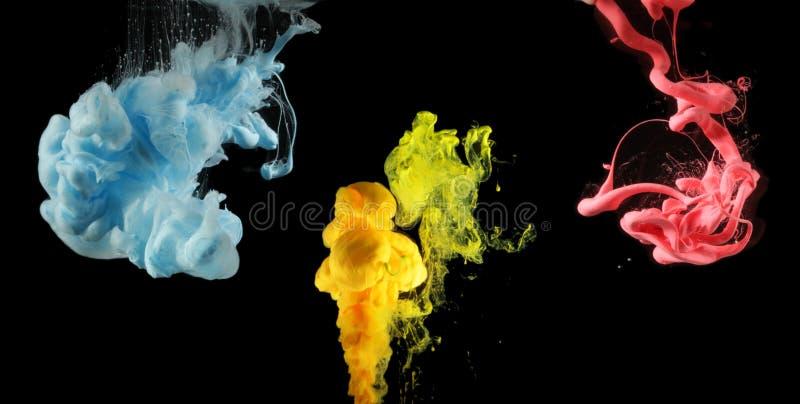 Akrylf?rger i vatten F?rgpulverfl?ck abstrakt bakgrund Samling p? svart royaltyfri foto