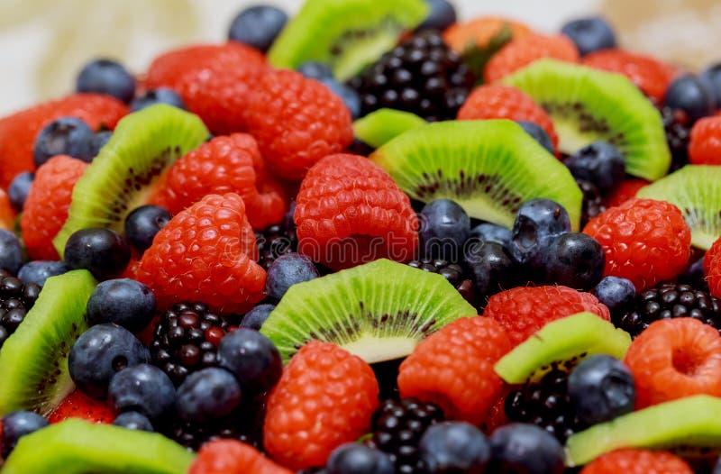 aksamita tort z pięknymi jagod truskawkami, malinki, czarne jagody obraz stock
