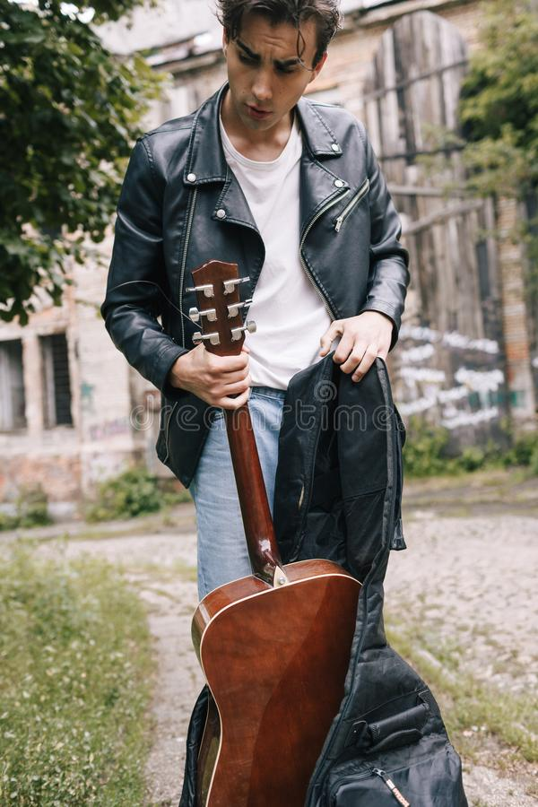 Aktör för gitarr för musikerkonsertövning fotografering för bildbyråer