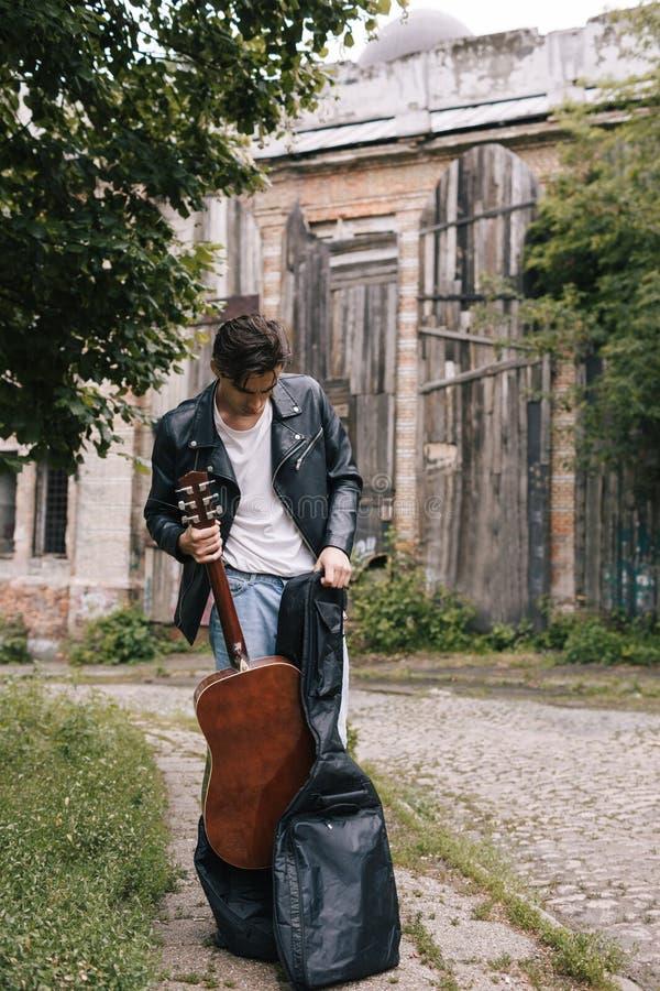 Aktör för gitarr för musikerkonsertövning royaltyfri bild