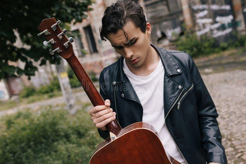 Aktör för gitarr för musikerkonsertövning arkivbild