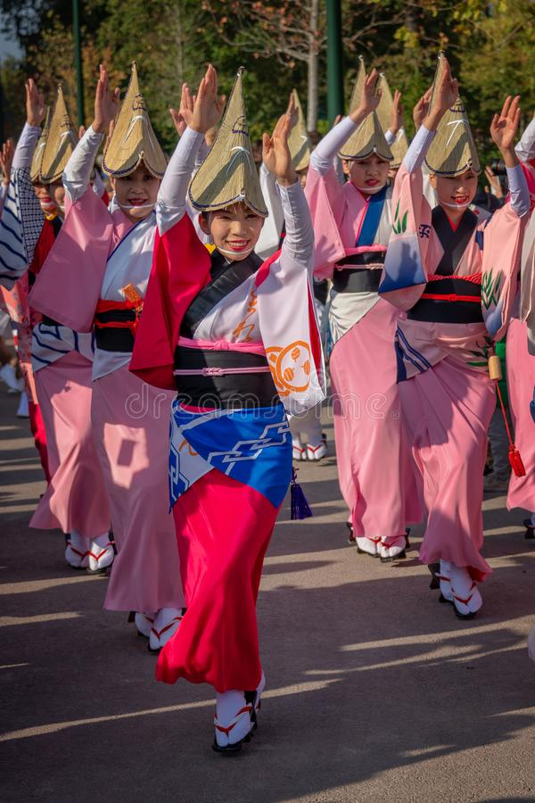 Aktörer på Awa Odori japansk dansfestival royaltyfri fotografi