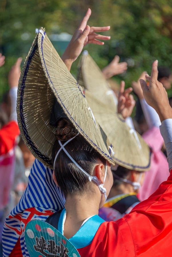 Aktörer på Awa Odori traditionell japansk dansfestival royaltyfri fotografi