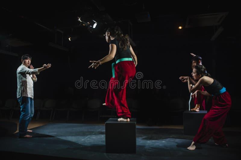 Aktörer som agerar på etapp i mörk studio royaltyfri foto