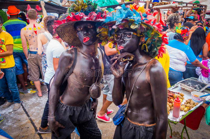Aktörer som kläs som El Africano med färgrikt royaltyfria bilder