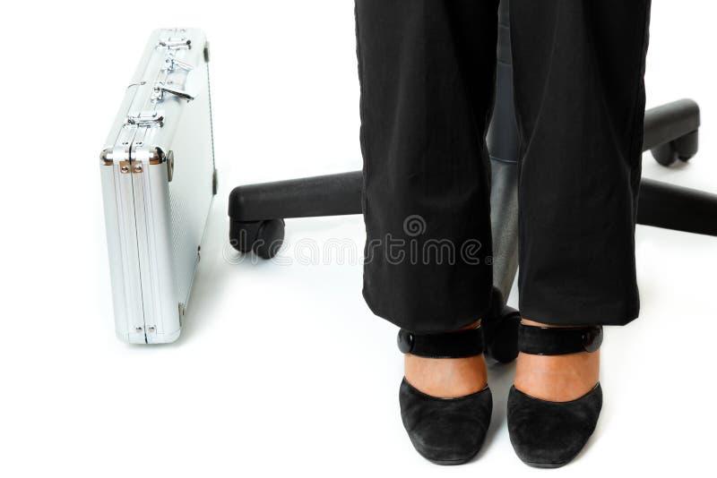 Aktentas bij benen van bedrijfsvrouw royalty-vrije stock afbeelding