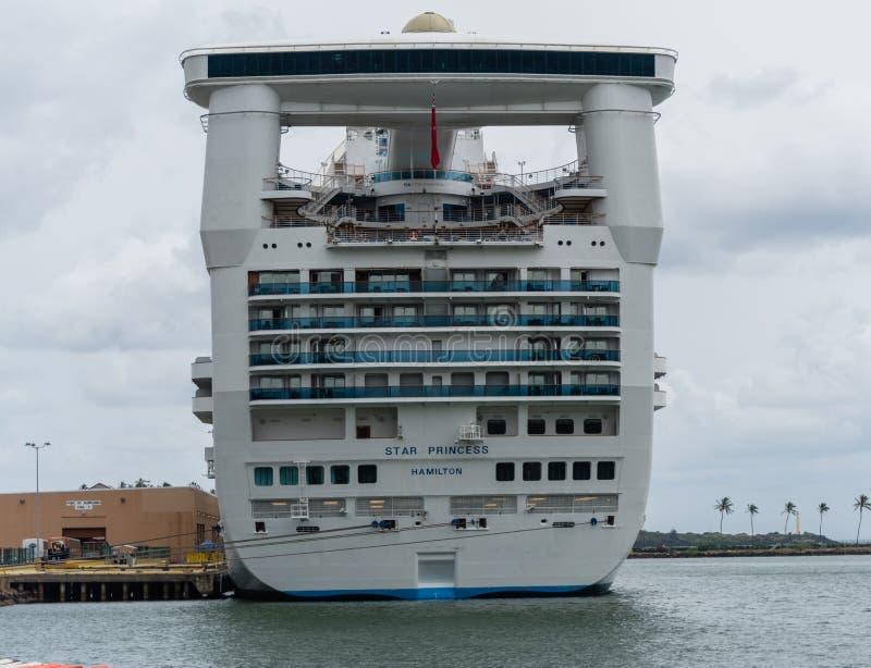Akter av ett massivt förtöjt kryssningskepp på Kauai, Hawaii royaltyfri foto